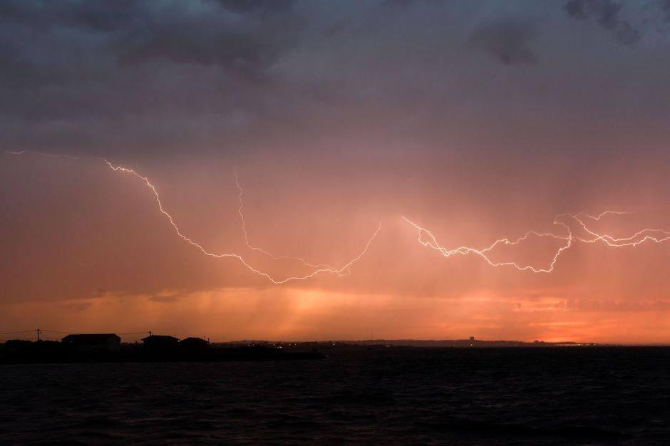 الليلة/ أمطار متفرقة وانخفاض درجات الحرارة بهذه المناطق