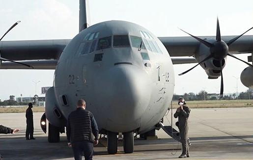 مسافر يحاول فتح باب الطائرة في الجو (فيديو)