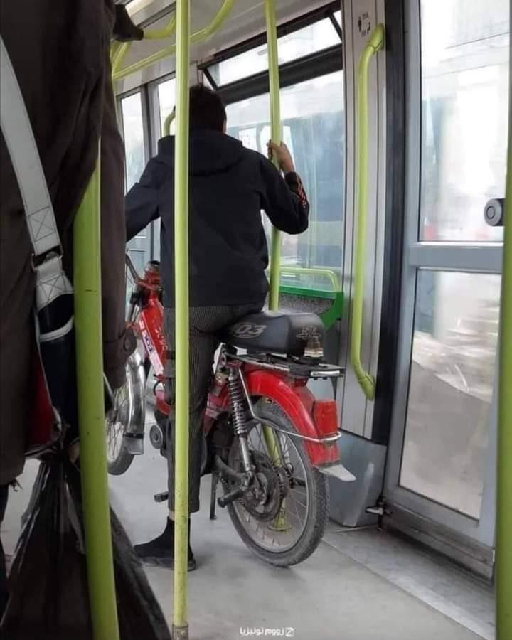 صورة اليوم / تونسي يمتطي الميترو  صحبة دراجته النارية