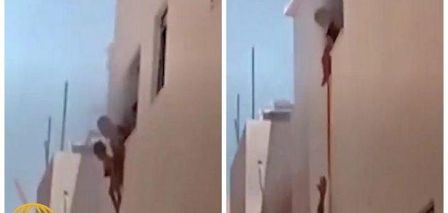 أب يلقي أطفاله من النافذة !!! (فيديو)