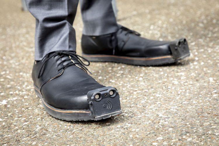 حذاء ذكي لمساعدة فاقدي البصر