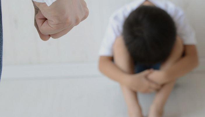 """اعتداء """"وحشي"""" من مدرسة على طفل (فيديو)"""