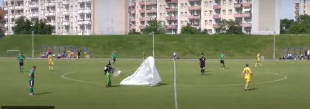 رجل يسقط من السماء وسط ملعب ويوقف مباراة كرة قدم ! (فيديو)