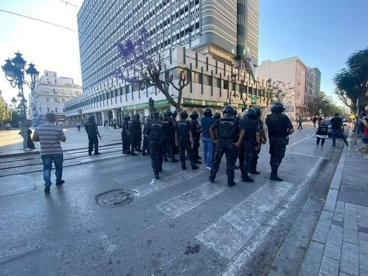 شاهدوا / مواجهات خطيرة بين الامن ومتظاهرين في شارع الحبيب بورقيبة