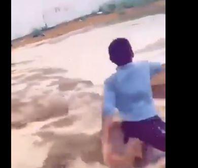 إلقاء طفل في مجرى!!!  (فيديو)