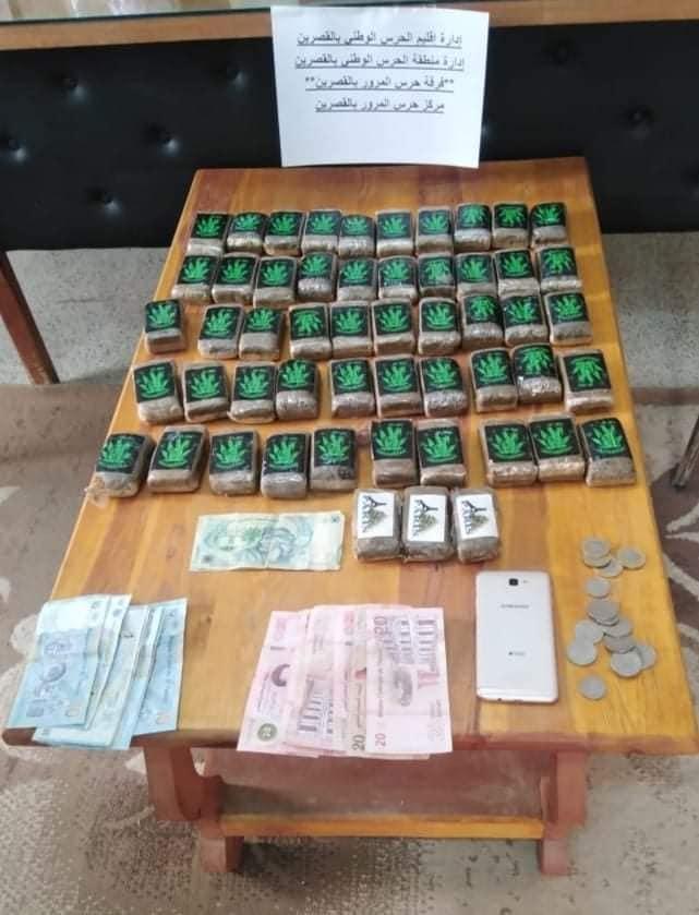 القصرين /  حجر 53 صفيحة مخدرات و هذا المبلغ المالي داخل سيارة (صورة)
