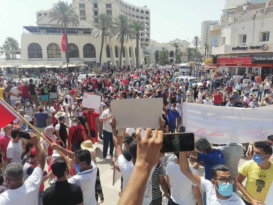سوسة /محتجون يزيلون لافتة حركة النهضة ويطالبون برحيل الحزب