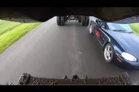 سيارة تدخل أسفل شاحنة مقطورة وتتجاوزها من بين عجلاتها (فيديو)