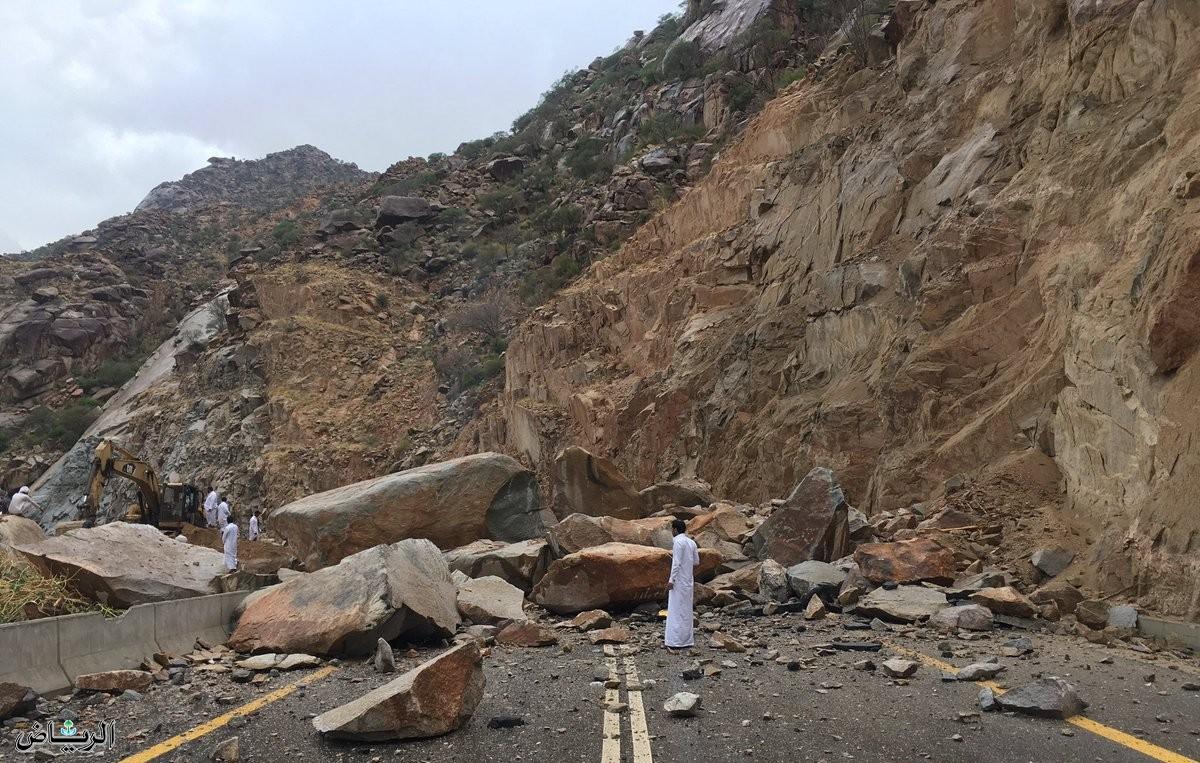 انهيارات صخرية بسبب الأمطار الغزيرة في هذا البلد العربي (فيديو)