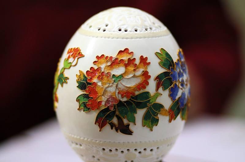 صيني يحول قشر البيض إلى تحف فنية (فيديو)