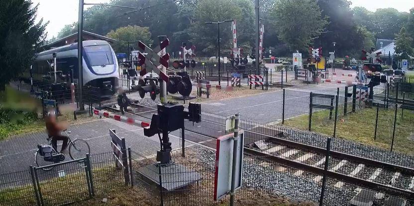 شاهد الفيديو/ كاد القطار يصدمها…