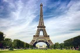 فرنسي يعبر نهر السين على حبل مشدود بين برج إيفل ومسرح شايو (فيديو)