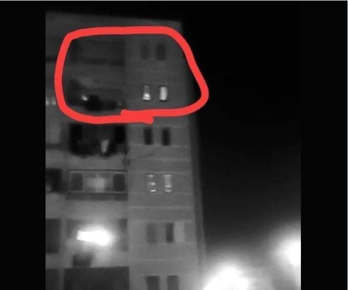 سقطت الطفلتان من الطابق السادس فلحقت بهما الأم