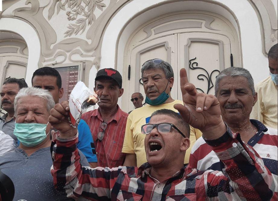 أنصار قيس سعيّد يحرقون الدستور (صور)