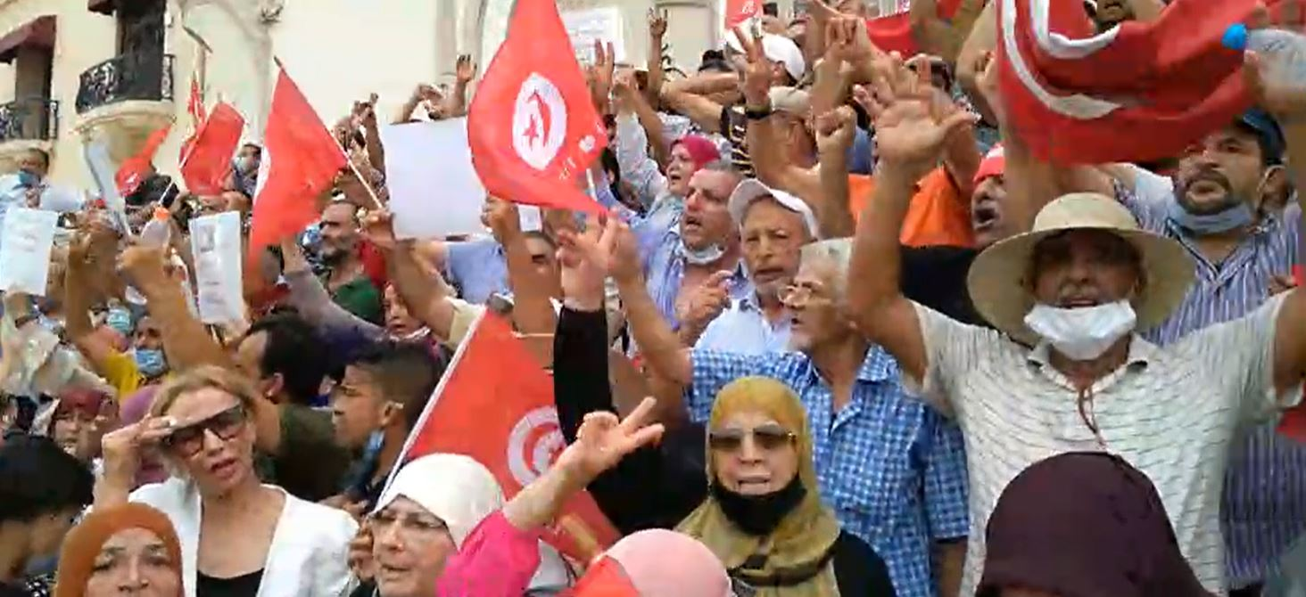 تجمع وسط العاصمة احتجاجا على إجراءات قيس سعيد (فيديو)