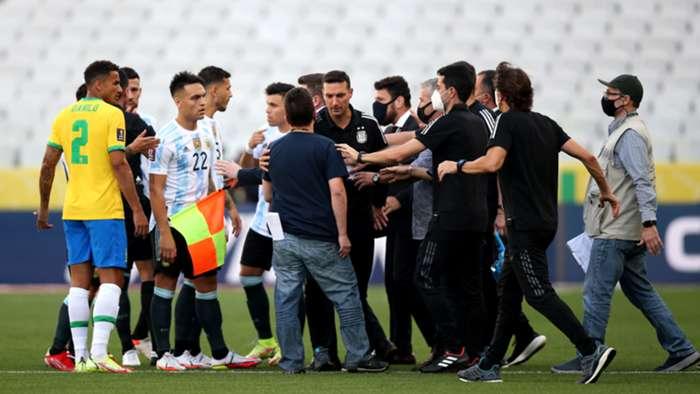 مسؤول من وزارة الصحة البرازيلية يقتحم الميدان ويوقف مباراة البرازيل والارجنتين