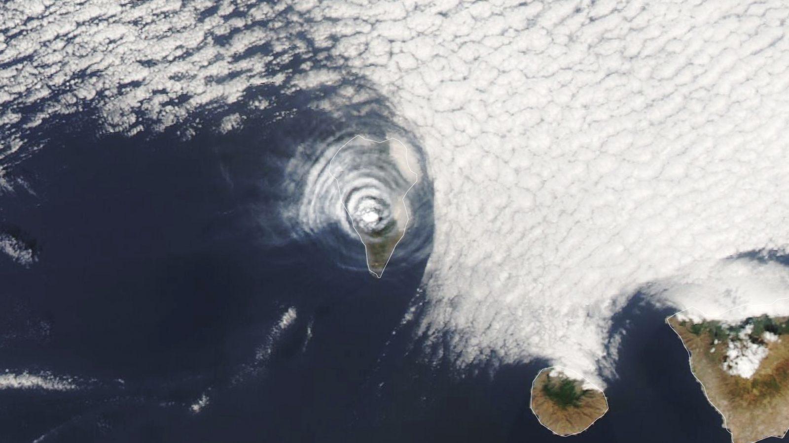 الأقمار الصناعية تلتقط صورا غريبة لموجات جاذبية فريدة أعلى بركان لابالما (فيديو)