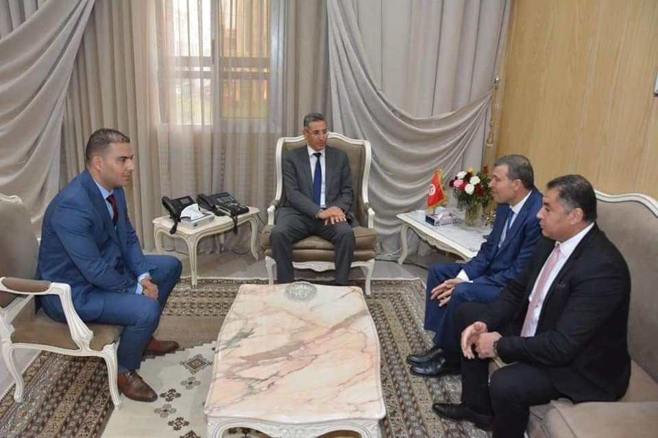 وزير الداخلية يستقبل محافظ شرطة بُتر اصبعه اثناء ايقاف مفتش عنه