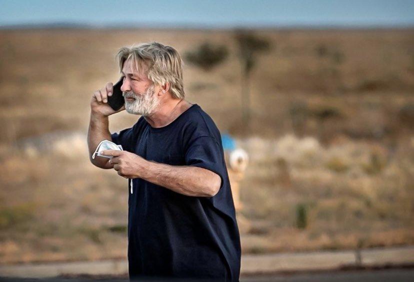 أثناء تصوير فيلم/ الممثل أليك بالدوين يقتل المسؤولة عن التصوير ويصيب المخرج (فيديو)