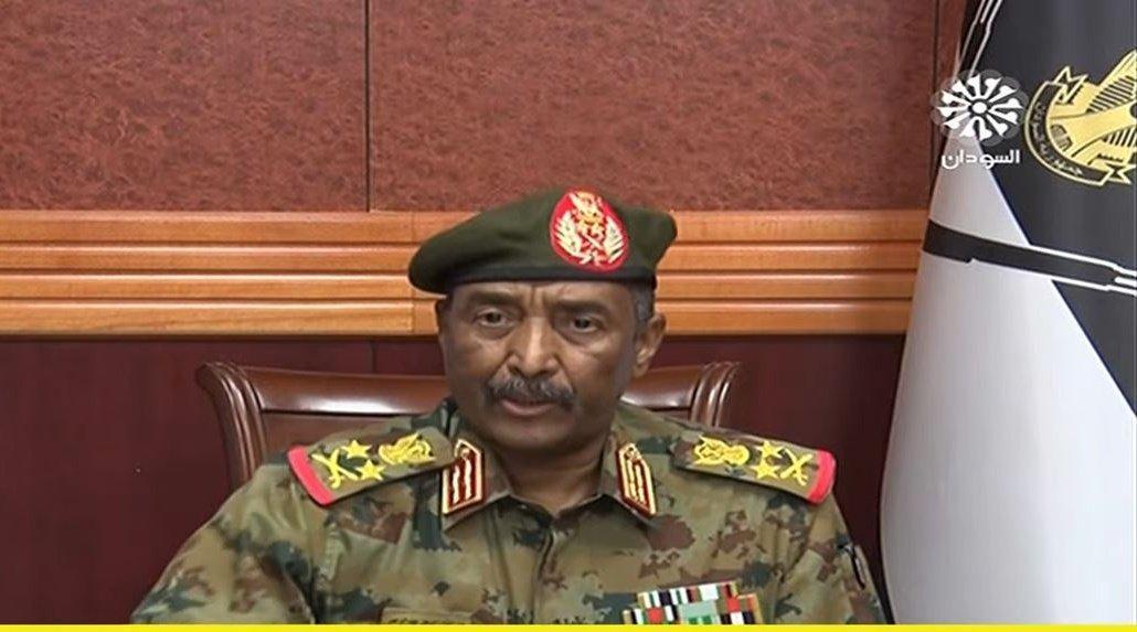 قائد الجيش السوداني يكشف: رئيس الوزراء المعزول في منزلي